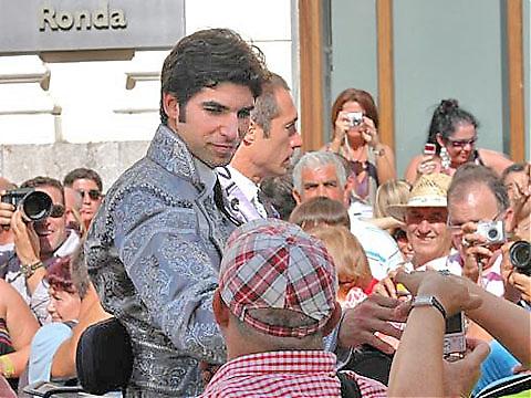 Lokala idolen Cayetano Rivera Ordóñez, med specialsydd Goyescadräkt av självaste Armani