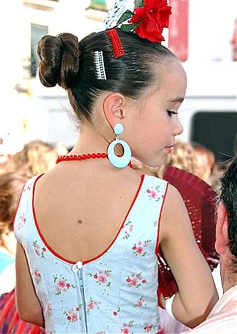 Under ferian klär sig barn som gamla i flamencodräkter.
