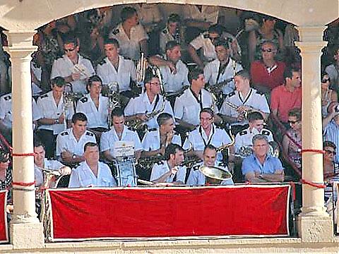 Orkestern har en viktig funktion under tjurfäkningen och spelar pasodobles under bra fäktningar.