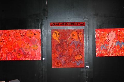 6 lokala konstnärer prydde svenskdagarnas väggar. Här några av Johan Wahlströms alster