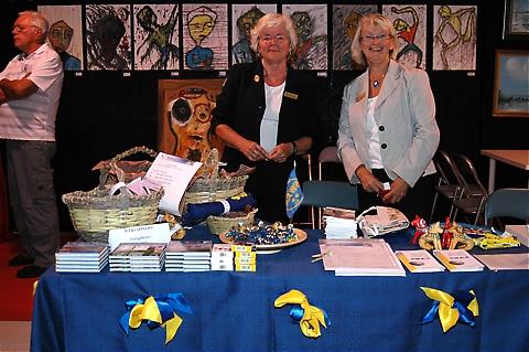 Swea Málaga sålde svenska souvenirer och lottade ut hantverk.