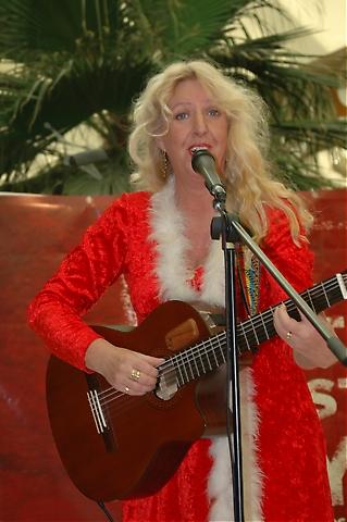 Tomten Kerstin Wikström sjöng svenska visor och Julsånger tillsammans med Marco Ríos