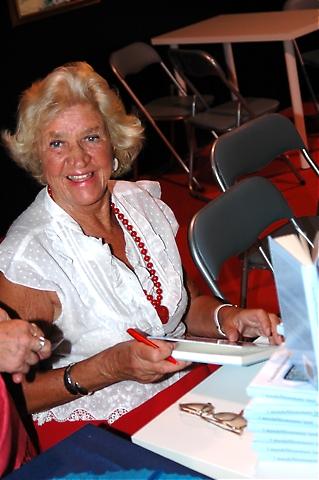 """Kersti Lindström sålde och signerade exemplar av sin bok """"I mandelblommans land""""."""