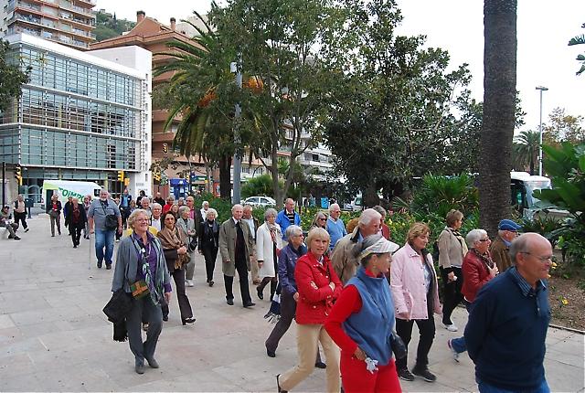 Gemensam promenad längs Paseo del Parque till stadens rådhus. I bakgrunden syns det kommunala konstmuseet Museo Municipal.