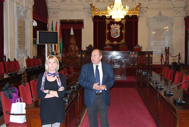 Officiell mottagning i plenisalen av svenska Madelene Andersson från Málagas turistkontor samt protokollansvarig på rådhuset Rafael Illa.