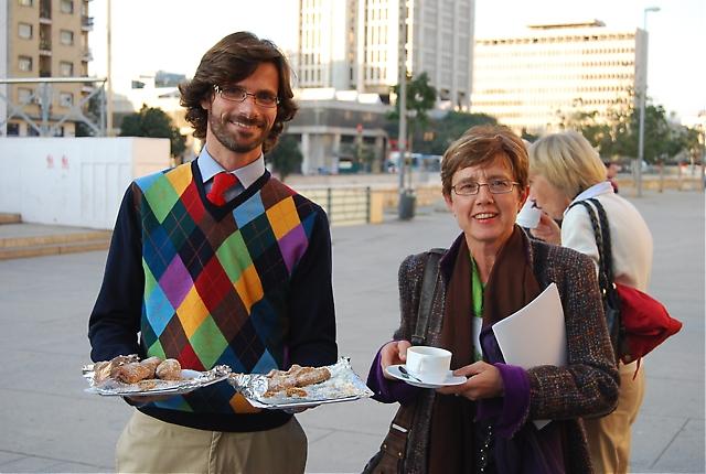 """Nacho Mata, Málaga Sensaciones, bjöd på så kallade """"borrachuelos"""" till eftermiddagskaffet. På bilden tillsammans med Anna Berntsson från Radio Solymar."""