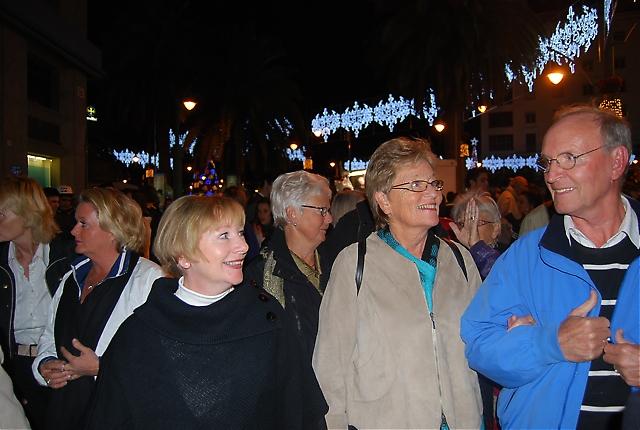 På väg från hotellet till kvällens middag på Restaurante Alea, fick Sydkustens läsare njuta av ett färgsprakande julfint Málaga. På bilden syns Birgitta Sundén, Rose-Marie Wiberg, Birgit Lindelöf, Anna-Greta Frodig samt Tone och Otto Solli.
