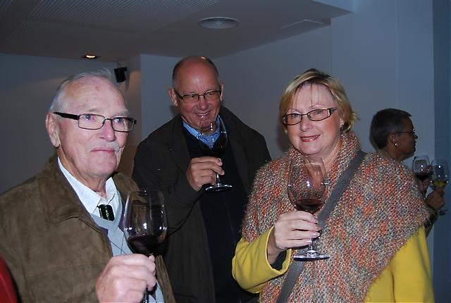 Bengt Sjöblom skålar tillsammans med Sven och Birgitta Sjöberg.