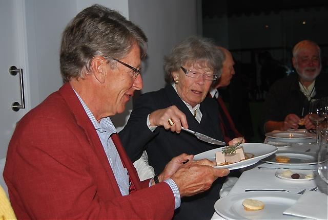 Nils Artlöve serverar Elisabeth Örneberg av förrätten på Restaurante Alea.