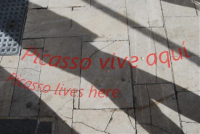"""""""Här bor Picasso"""", inskription i trottoaren utanför Picassos födelsehus vid Plaza de la Merced i Málaga."""