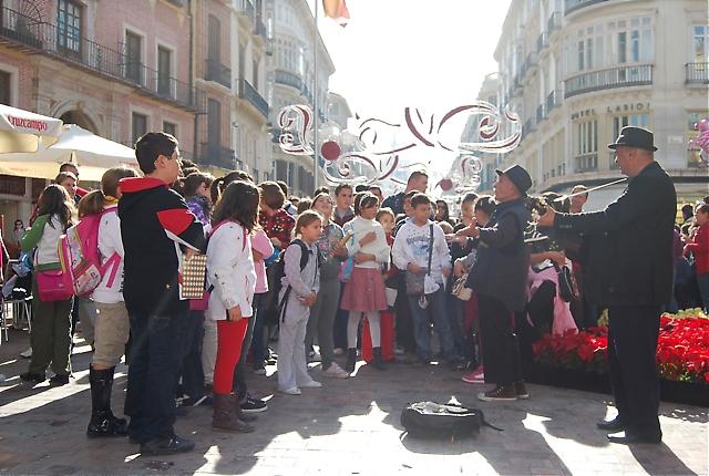Stämningen var hög på Plaza de la Constitución och Calle Larios på lördagsförmiddagen med mängder med julshoppande människor, barn och musiker.