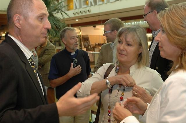 Sydkustens chefredaktör Mats Björkman dekorerade ambassadör Cecilia Julin och utlänningsrådet i Fuengirola Katja Westerdahl med Svenskdagarnas egen pin samtidigt som han gick igenom invigningsceremonien.