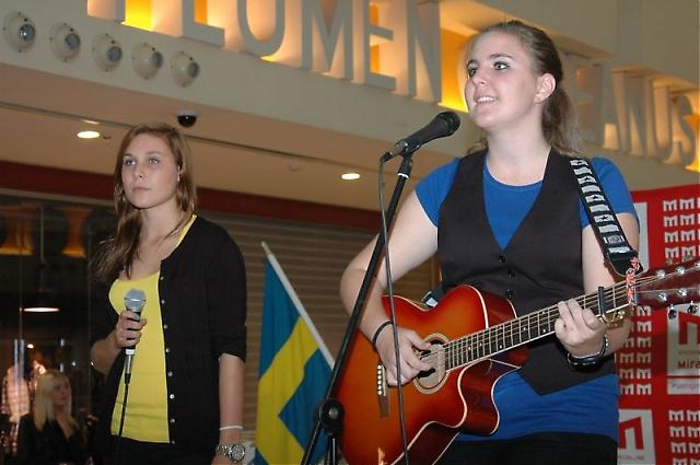 Fredagskvällens underhållning stod Svenska skolan för, genom bland annat Sofia Hvid-Hansen.