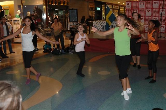 Eleverna bjöd på dansuppvisning.