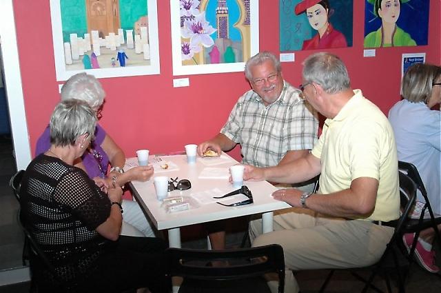 Besökarna kunde koppla av med en kopp kaffe och nybakade bullar, medan de beskådade tavlor av Margit Björklund.