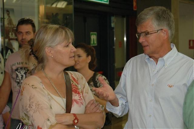 Ambassadör Cecilia Julin i samspråk med rektorn på Svenska skolan i Fuengirola Per Jonsson.