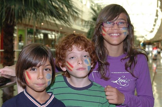 Barn i alla storlekar bar de svensk-spanska färgerna.