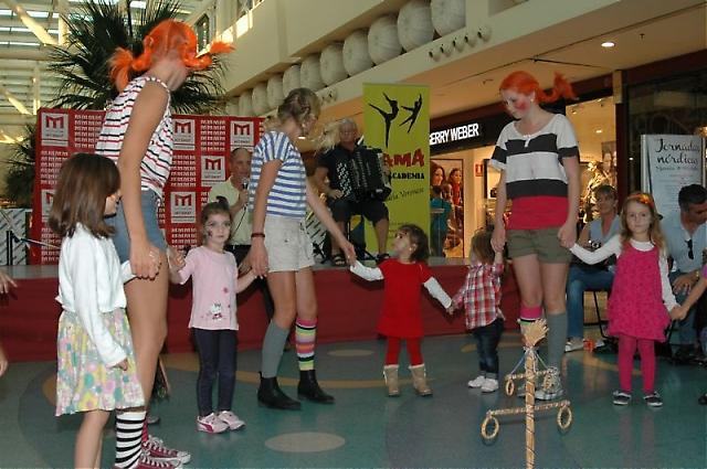 I år arrangerades en speciell föreställning för barnen, där de fick lära sig svenska sånger och dans kring midsommarstången.