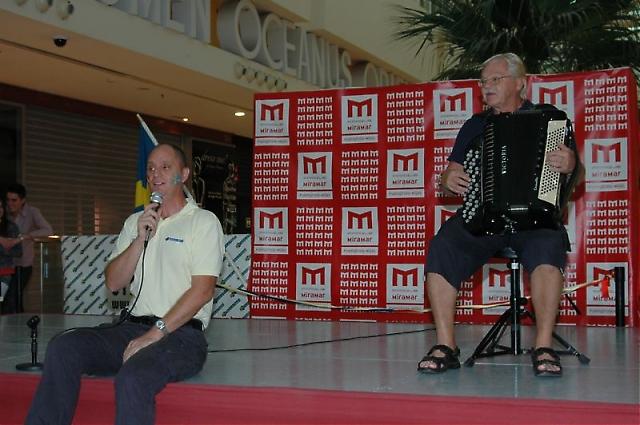 Mats och Sven-Olle dirigerade ringdansen.