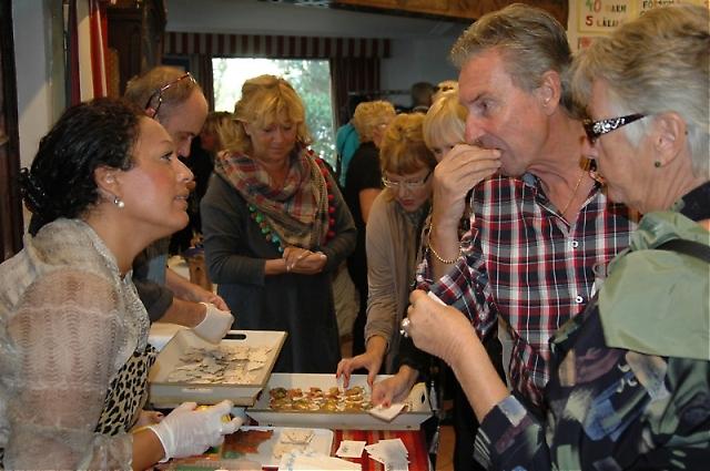 Annelie Andersson från Nellie´s Deli samspråkar med några gäster.