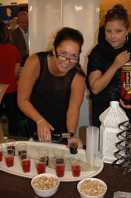 Sångerskan Monica Silverstrand serverar vin till Sydkustens fotograf.