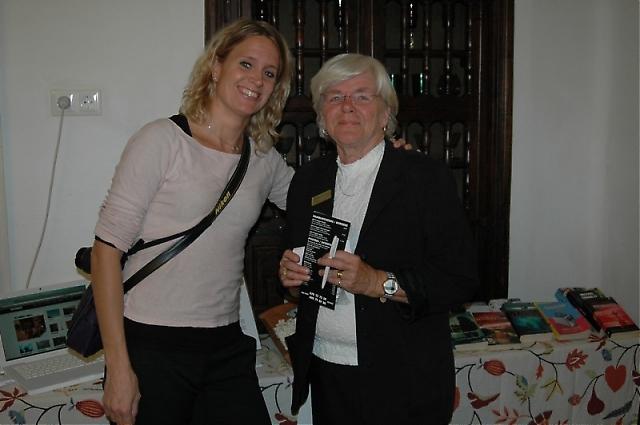 Carin Osvaldsson författare, spökskrivare & journalist fick många förfrågningar och delade ut pocketböcker.