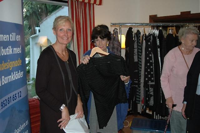 """Fia Ensgård från klädbutiken i La Campana """"Fia i Backen"""" hjälper Agneta Bengtsson välja ut ett fint klädesplagg."""