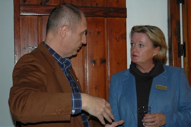 Sydkustens chefredaktör Mats Björkman samtalar med SWEA Marbellas ordförande Rose-Marie Wiberg.