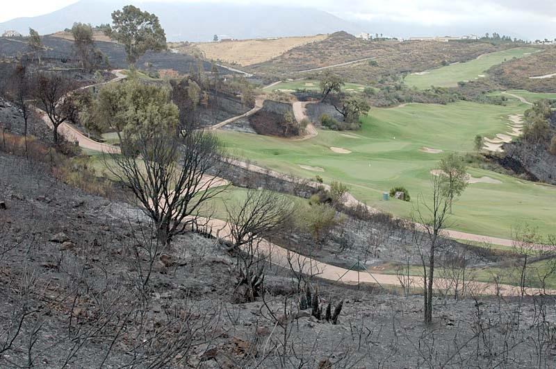 Banorna Campo Europa (bilden) och Campo América på La Cala Golf drabbade av branden, även om bevattningen räddat det mesta av banorna.