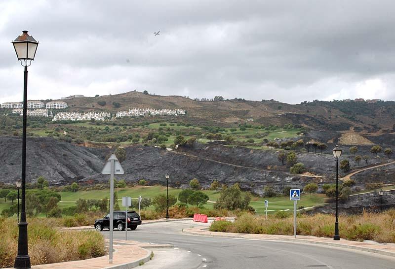 La Cala Resort fick evakueras under natten och flygplanen fortsatte släckningsarbetet på morgonen.