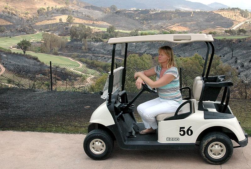 Den svenska golfdirektören på La Cala Resort Ana Nyblom ser ut över förödelsen.
