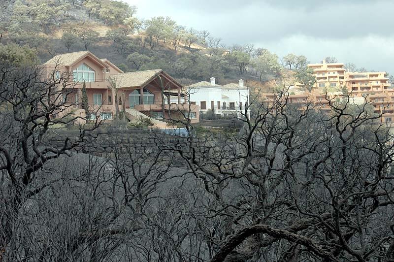 Några hus har nåtts av branden, men det kunde ha varit betydligt fler.