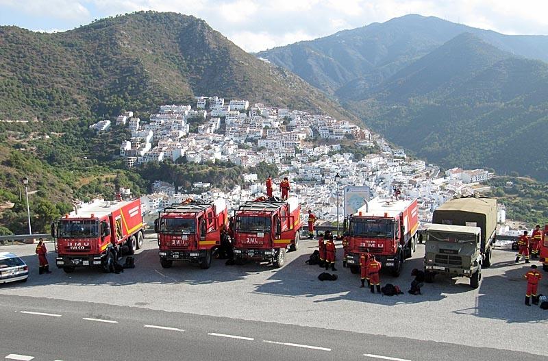 En stor del av brandstyrkorna både på marken och i luften förlades till Ojén, som var en av de värst drabbade kommunerna.