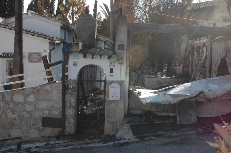 Inte alla hus har klarat sig.<br /><br />---<br /><br />No todas las casas se han salvado.