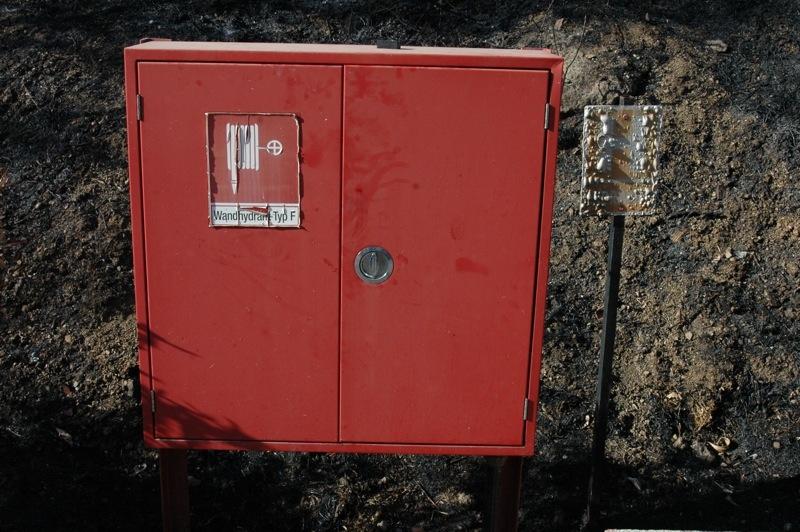Den här brandposten måste ha kommit väl till pass, även om den också blivit svedd.<br /><br />---<br /><br />Este puesto antiincendios tiene que haber sido bienvenido, aunque también se ha chamuscado.