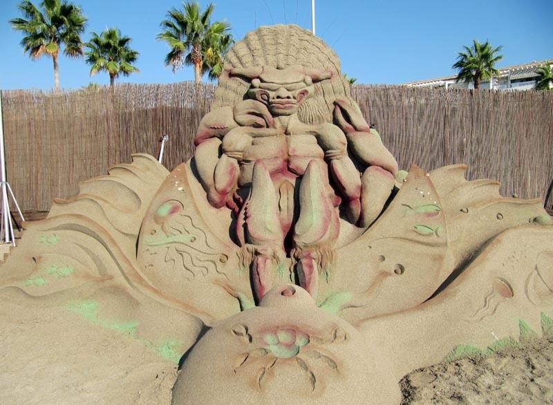 Det finns både naturfärgade och målade sandskulpturer.
