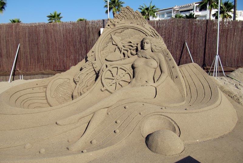 Även sandslottskonstnärer finner inspiration i ett vanligt motiv inom konsten - den nakna kvinnan.