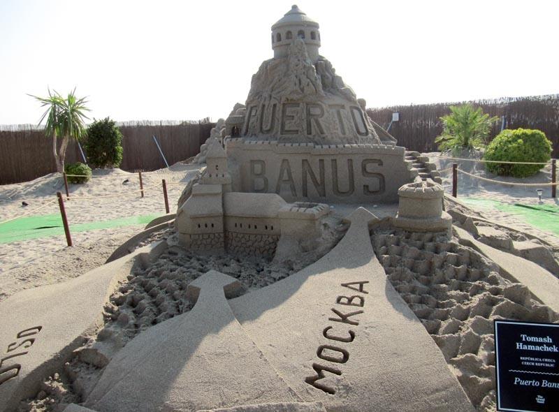 Enligt denna skulptur leder alla vägar till... Puerto Banús.