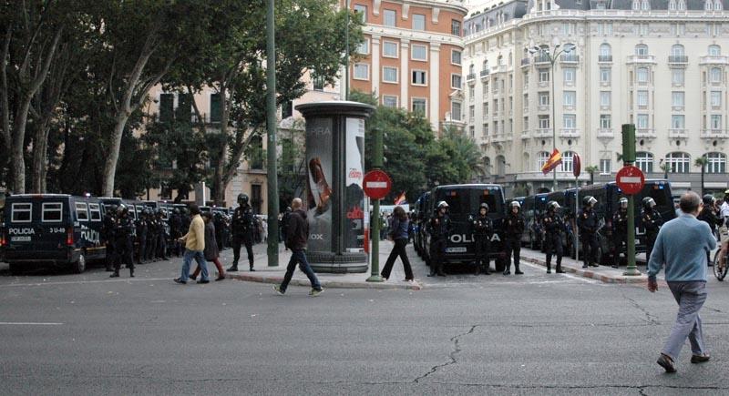 Mängder av demonstranter och poliser nära Pradomuseet.