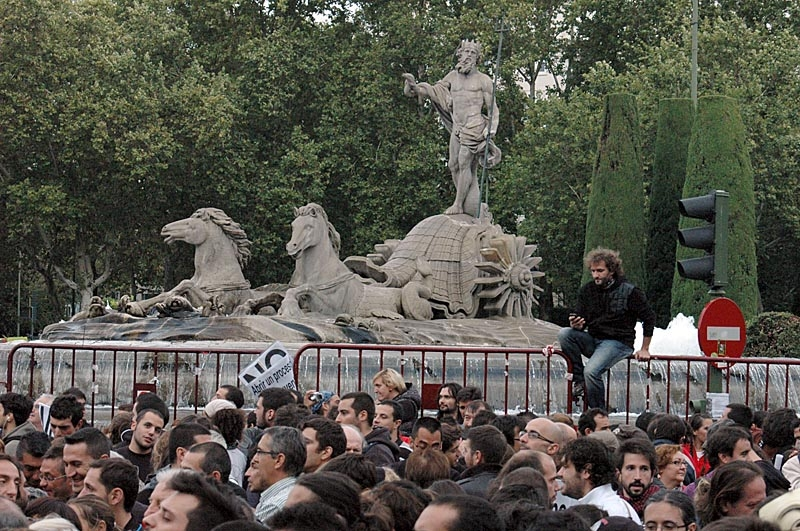 Neptunusfontänen i Madrid är samlingsplats för Atlético Madrid-fans, men den här gången var det krisen som mobiliserade massorna.