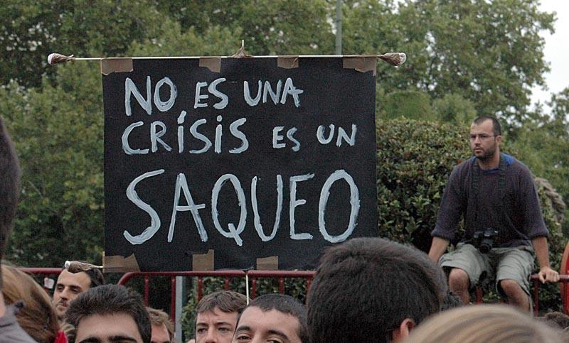 Demonstranterna protesterar mot en regelrätt plundring av Spanien.