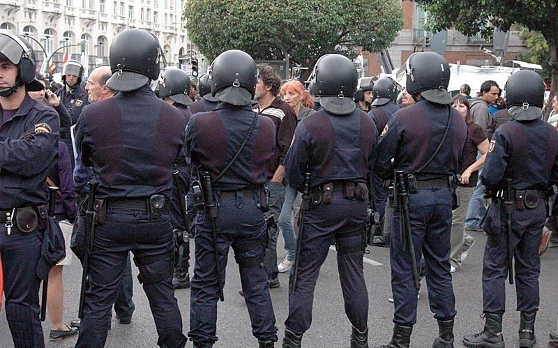 Drygt 1 500 kravallpoliser hade till uppgift att försvara parlamentet och några gick lös med batonger mot demonstranter.