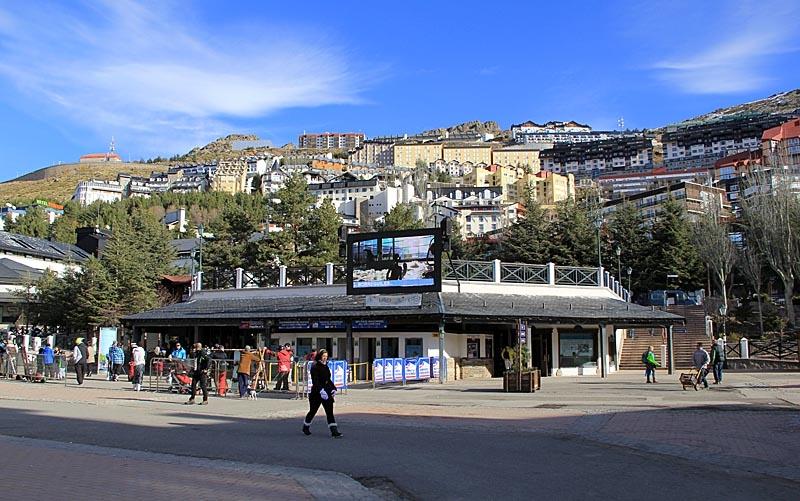 Byn domineras av hotell, restauranger och alla typer av butiker för skidåkning.