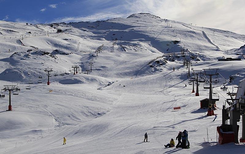 Kabinbanan leder upp till Borreguiles, där det finns en mängd pister och liftsystem.