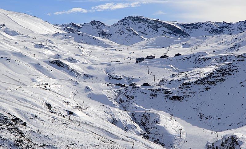 Hösta toppen vid skidorten är Pico del Veleta, 3 398 meter över havet.
