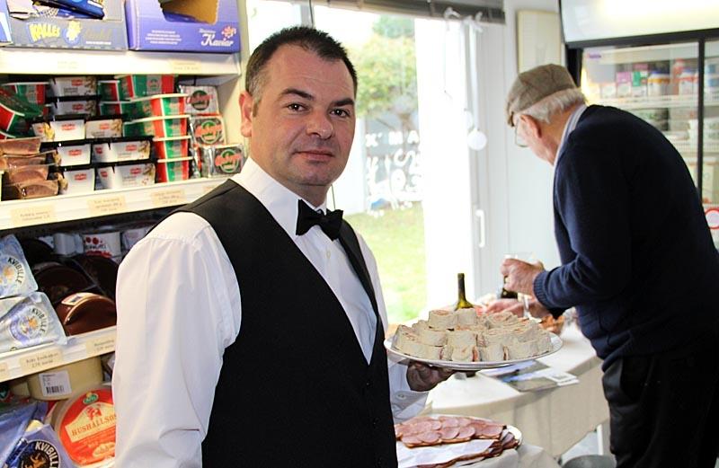 Jose Luis Macias Melgar är den ende spanjoren som arbetar i den svenska delikatessbutiken.