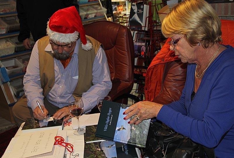 """Många passade på att köpa Rickard Enkvists nyutkomna bok """"Vilda fåglar flyger"""" när de kunde få den signerad av författaren själv."""
