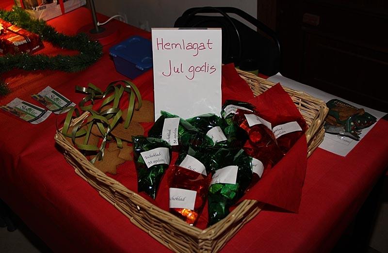 På en svensk julmarknad kan man handla det mesta som hör julen till.