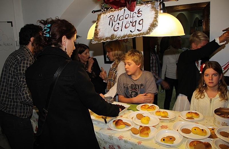 Lussekatter och glögg är ett måste en svensk julbasar.