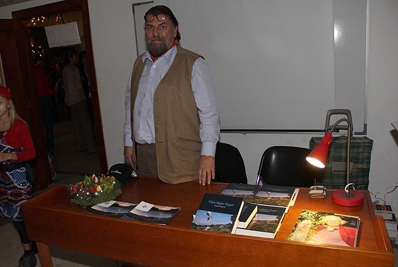 """Rickard Enkvist signerade sin nya bok """"Vilda fåglar flyger""""."""